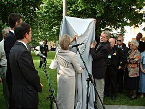 Oberbürgermeisterin Häußler und der Künstler enthüllen das Denkmal