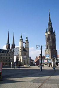 Der Marktplatz zu Halle mit den Fünf Türmen - einem Wahrzeichen der Stadt